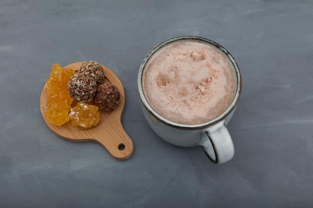Jaggery chai thé sucré au lait indien populaire.