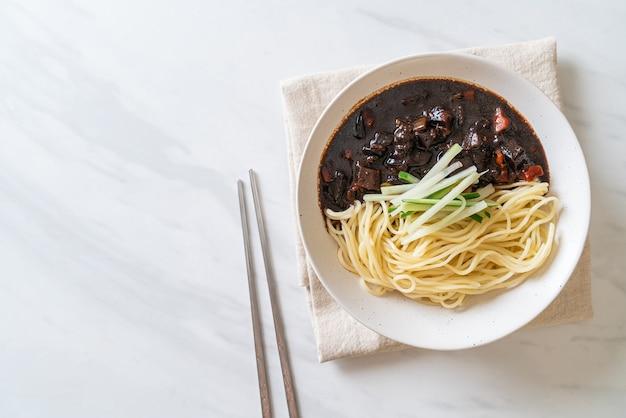 Jajangmyeon ou jjajangmyeon est des nouilles coréennes avec sauce noire - style de cuisine coréenne