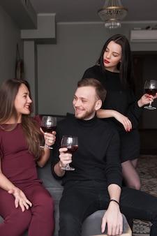 La jalousie féminine à la fête. relation possessive. homme souriant dissolu à la fête, méfiance en compagnie. communication avec le vin, triangle amoureux
