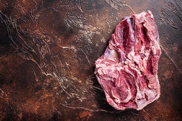 Jambe d'agneau désossée crue sur table de boucher