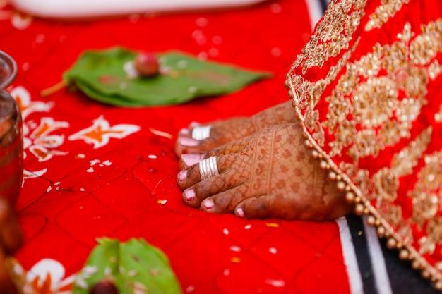 Jambe de mariée avec design mehandi