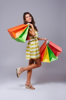 Jambes en l'air et beaucoup de sacs à provisions colorés