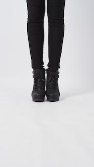 Jambes asiatiques de femme avec un pantalon noir et un talon debout