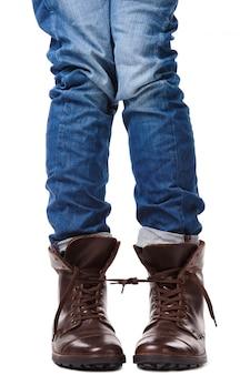 Jambes attachées dans des chaussures en cuir