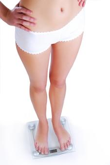 Jambes de belle femme sur l'échelle de verre.