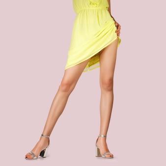 Jambes de belle fille avec une robe courte levée. photo avec un tracé de détourage.