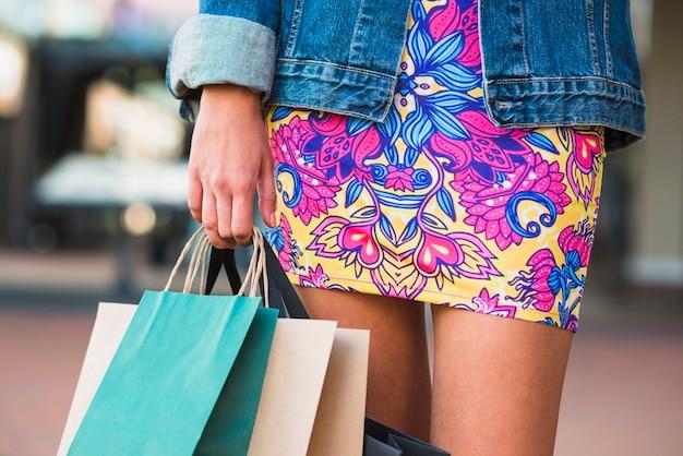 Jambes de dames et paquets d'achats