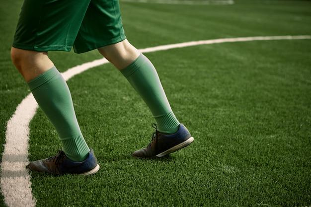 Les jambes du joueur de football soccer