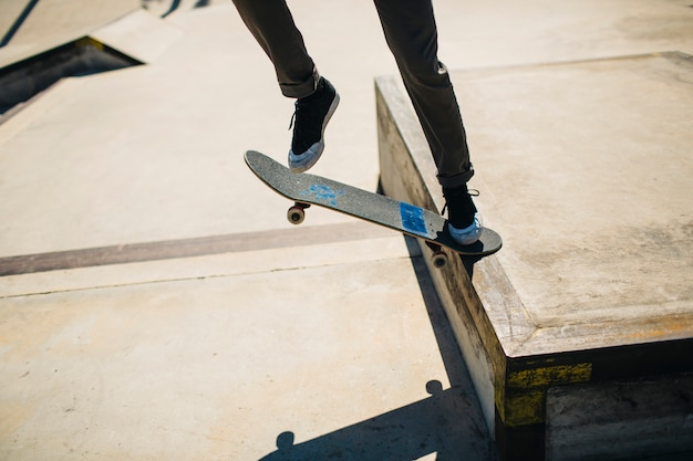 Les jambes du patineur pendant un tour