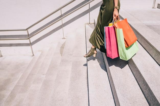 Jambes femelles avec sacs à provisions en bas