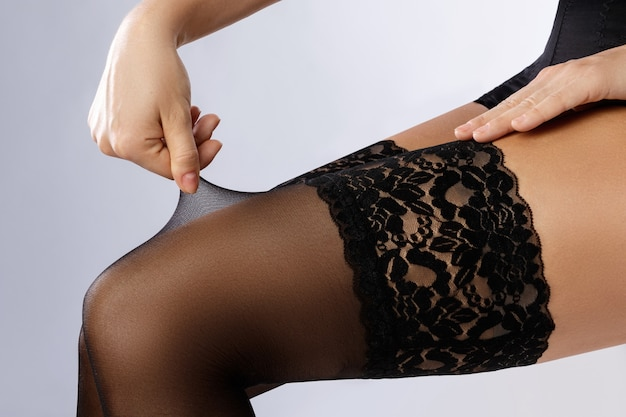 Jambes féminines en bas noirs