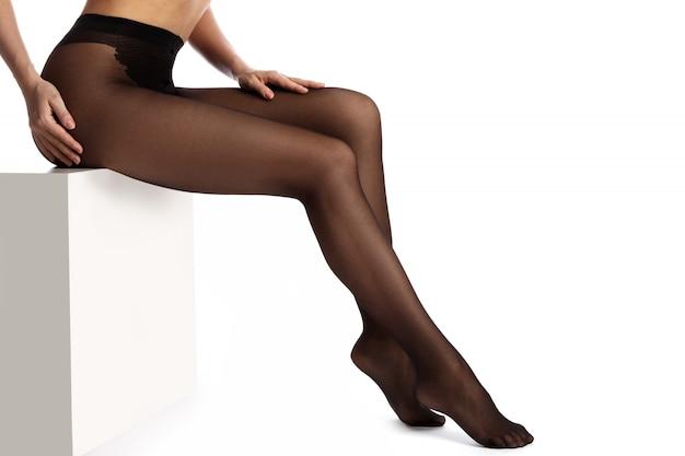 Jambes féminines en collants noirs