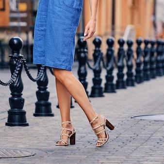 Jambes féminines en jupe en jean