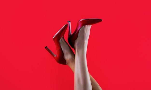 Jambes féminines parfaites portant des talons hauts jambes galbées une fille dans des chaussures à talons hauts