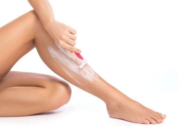 Jambes féminines et rasoir de rasage