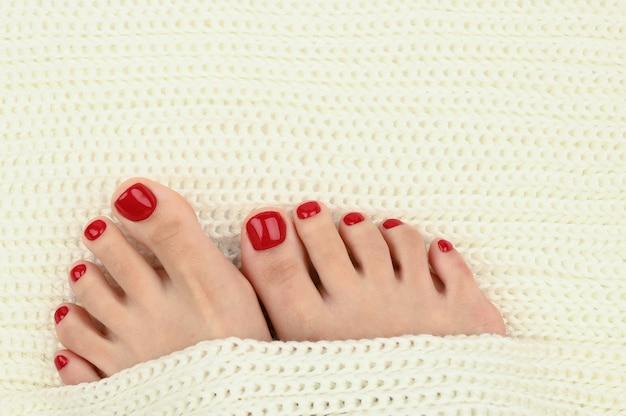 Jambes féminines sur un tissu chaud et léger. confort pour les jambes