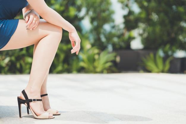 Jambes de femme en jupe courte portant haut talon