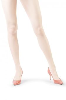 Jambes de femme parfaite en collants blancs isolés sur blanc