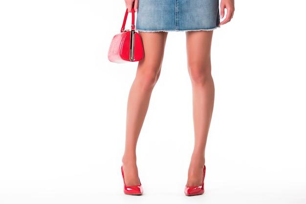 Jambes de femme portant des chaussures à talons.