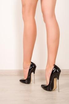 Jambes de femme en talons hauts noirs