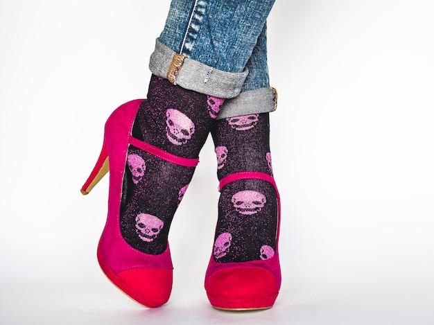 Jambes de femmes, chaussures à la mode et chaussettes lumineuses