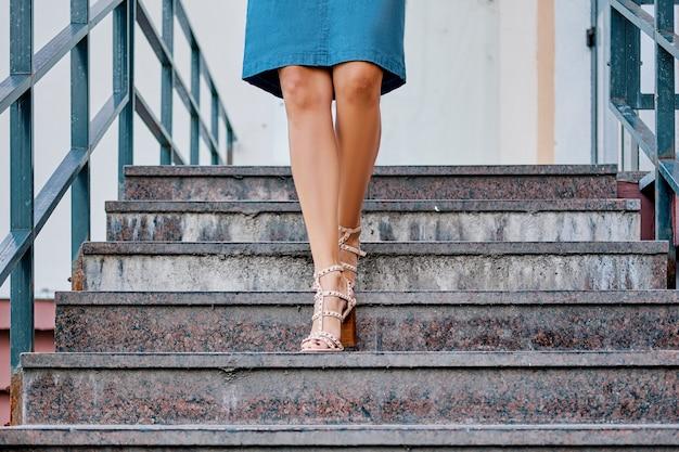 Jambes de femmes descendant les escaliers