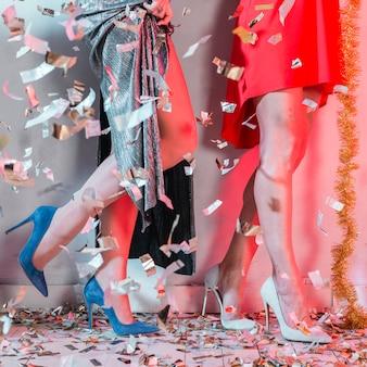 Jambes de fille avec des confettis d'argent