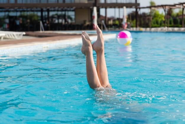Les jambes de la fille sortent de l'eau