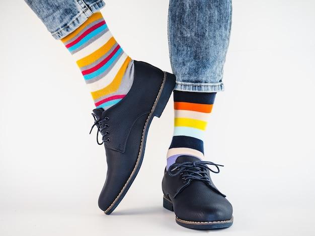 Jambes d'homme, chaussures tendance et chaussettes lumineuses. fermer. concept de style, beauté et élégance