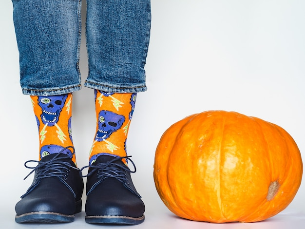 Jambes d'homme, chaussures tendance et chaussettes lumineuses