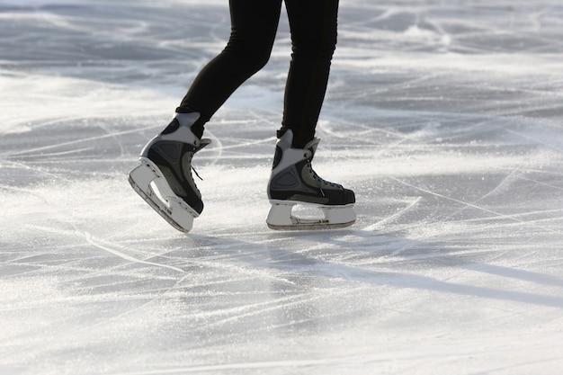 Jambes d'un homme patinant sur une patinoire