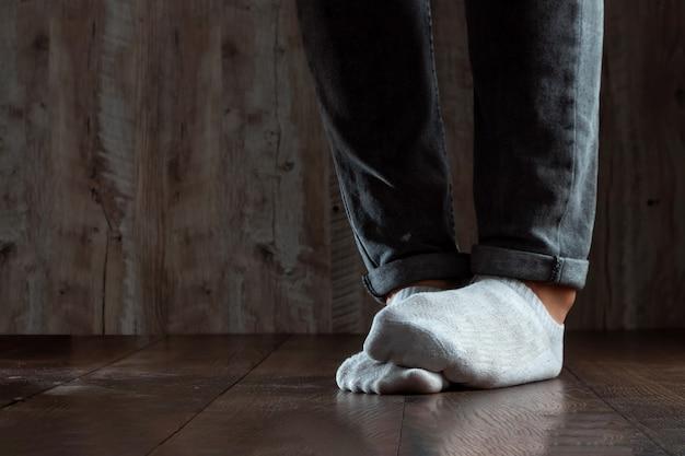 Les jambes d'un homme se bouchent