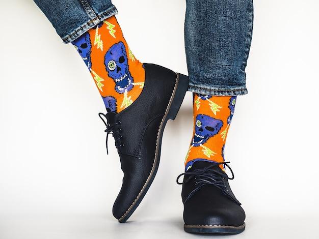Jambes d'hommes et chaussettes brillantes