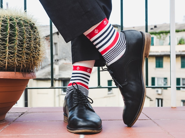 Jambes d'hommes, chaussures élégantes et chaussettes colorées