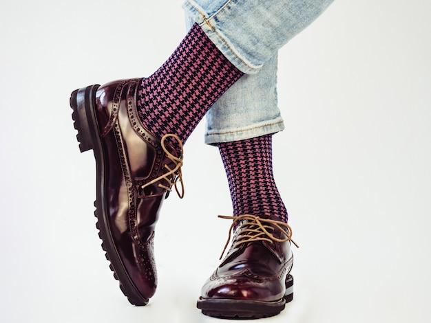 Jambes d'hommes, chaussures à la mode et chaussettes lumineuses. fermer. concept de style, de beauté et d'élégance