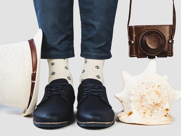 Jambes d'hommes, chaussures à la mode et chaussettes lumineuses.