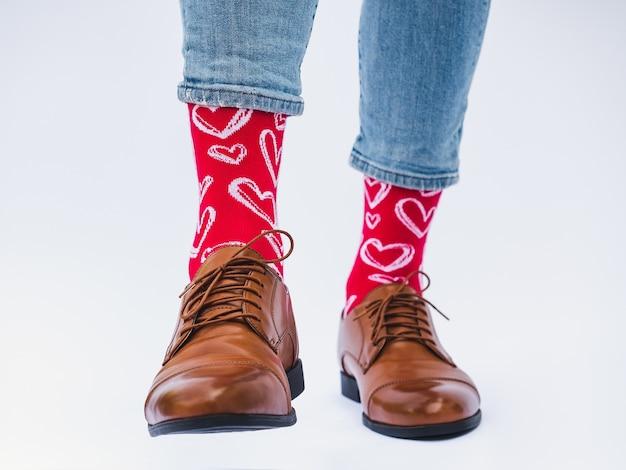 Jambes d'hommes, chaussures tendance et chaussettes lumineuses. fermer. concept de style, de beauté et d'élégance