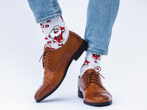 Jambes d'hommes, chaussures tendance et chaussettes lumineuses