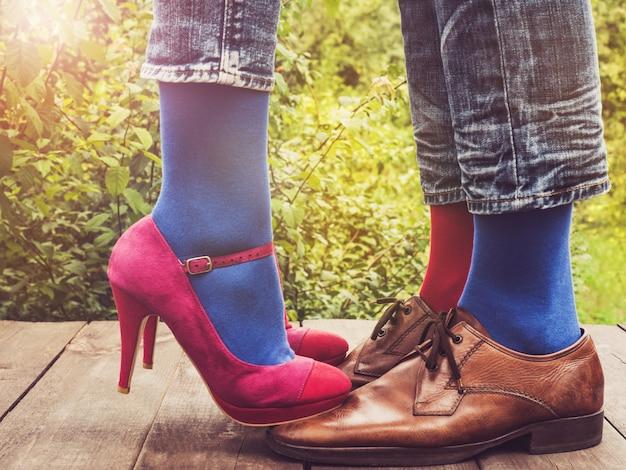 Jambes d'hommes et de femmes, chaussettes lumineuses. fermer