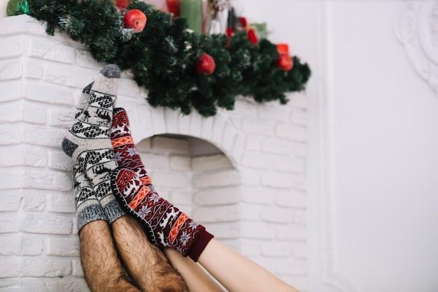 Jambes humaines sur la cheminée