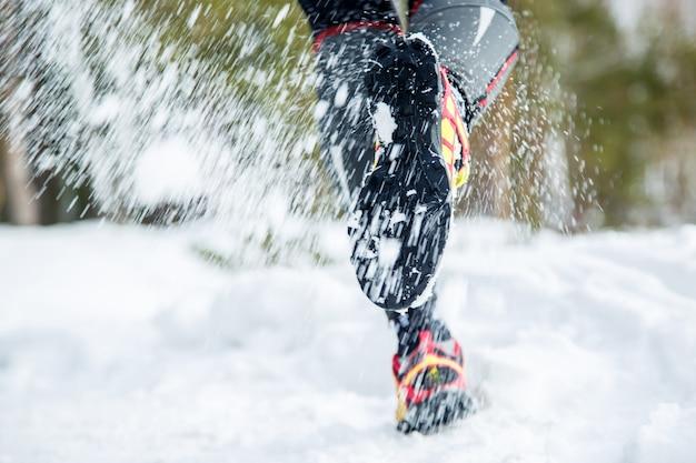 Jambes d'un jeune coureur dehors en hiver nature