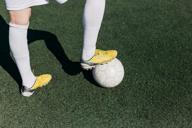Jambes de joueur de football avec des ombres