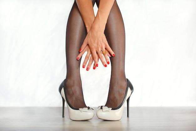 Jambes magnifiques d'une fille en talons longs