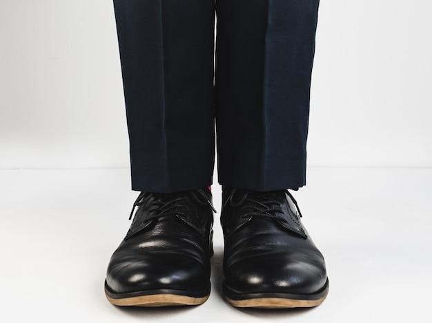 Jambes masculines en chaussures noires