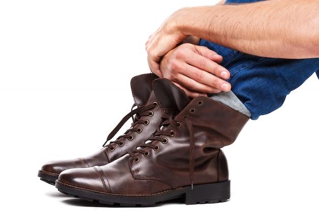 Jambes masculines en jeans et bottes en cuir