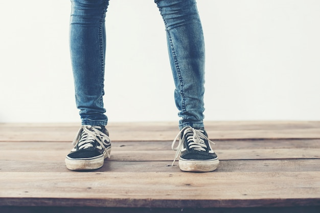 Jambes avec des pantalons et des chaussures bleues