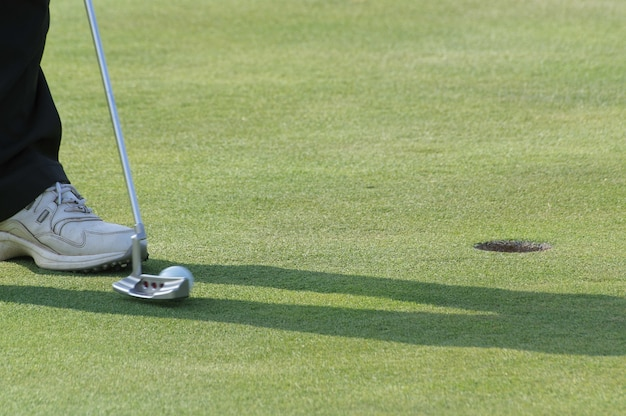 Jambes d'une personne jouant au golf sur le terrain