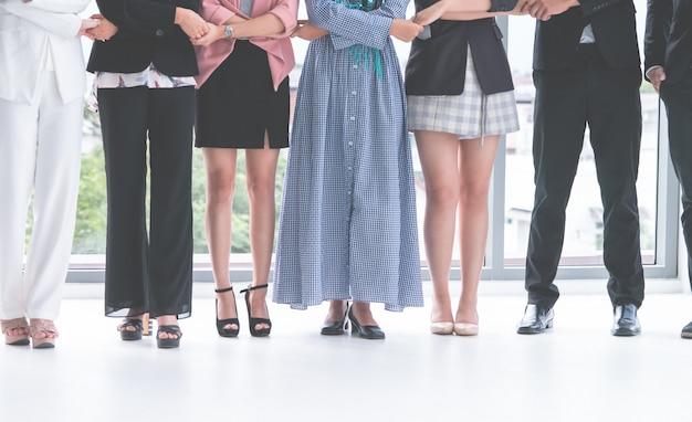 Jambes et pieds de gens d'affaires divers debout en ligne