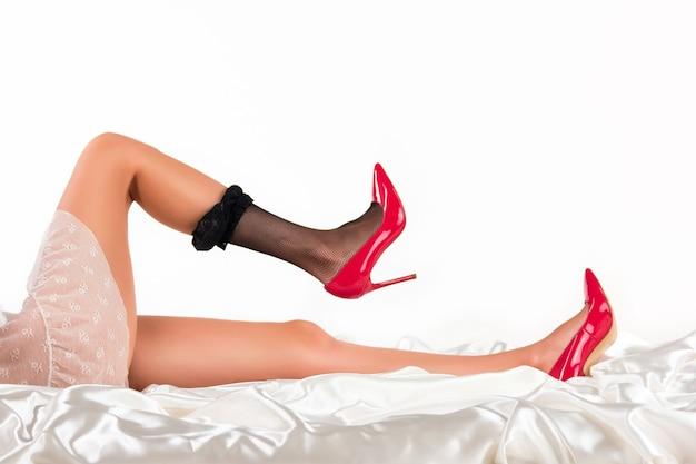 Les jambes en talons sont allongées. bas sur une jambe. taquiner et tenter. soyez irrésistible pour les hommes.