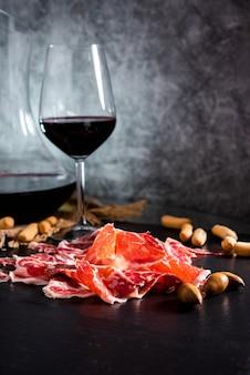 Jambon ibérique. jambon ibérique de bellota. jambon ibérique avec un verre de vin
